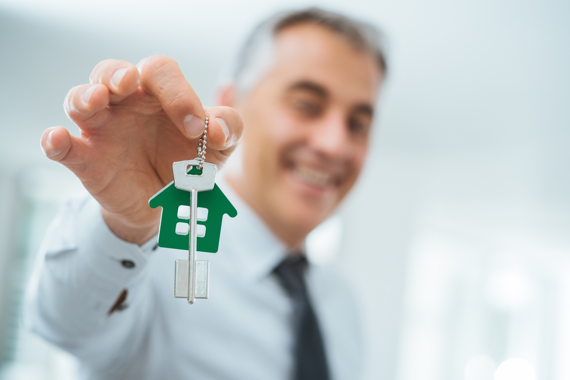 Is it better to get a mortgage from the bank or broker?